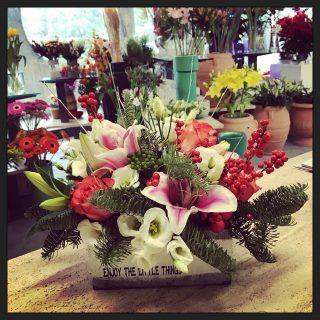 centrotavola Natale con fiori e pino