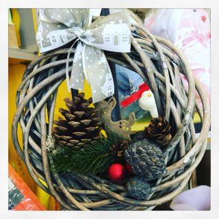 decori natalizi da appendere alla porta con pigne, renne e sfere natale