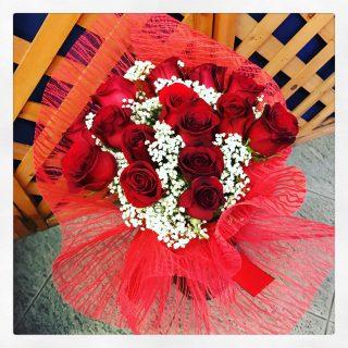rose rosse e gypsophila