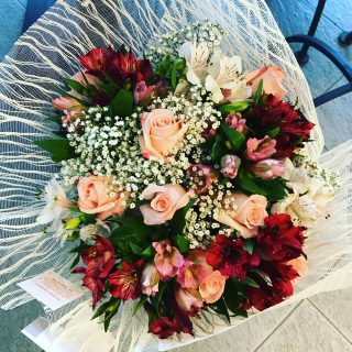 rose per un natale di fiori a tavola