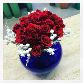 rose rosse per un natale di fiori a tavola