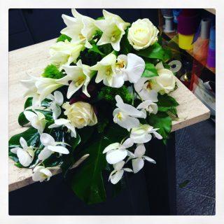 composizione su cassette e non utilizzando lilium bianchi, orchidee, rose e garofani bianchi