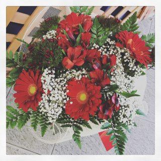 Bouquet con fiori rossi per festeggiare una laurea