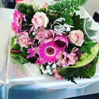 Bouquet di laurea in psicologia con fiori prevalentemente con tonalità di rosa