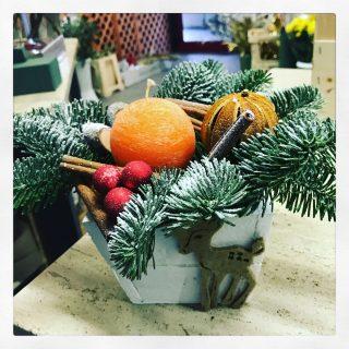 centrotavola Natale con candela profumata e pino