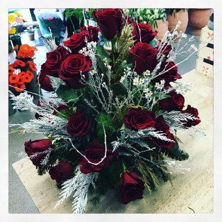 composizione natalizia di rose rosse