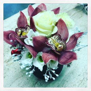 centrotavola con rose e orchidee