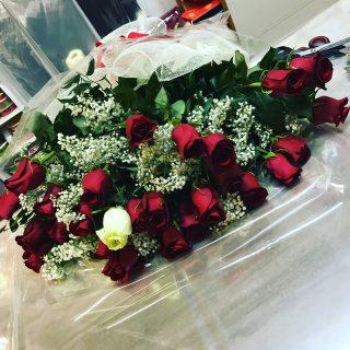 26 rose rosse e 1 bianca per un compleanno