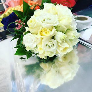 bouquet sposa a Febbraio con Lisianthus e rose bianche