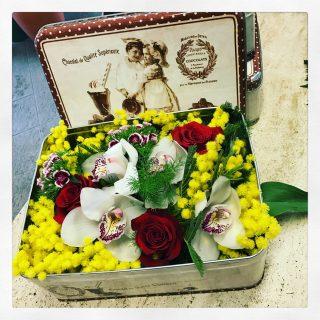 mimosa in scatola con altri fiori