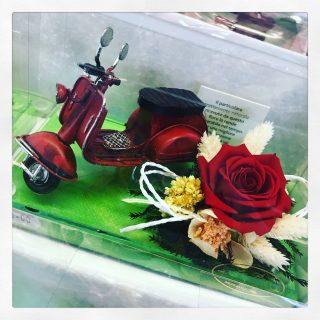 Rosa stabilizzata rossa e Vespa in ferro un regalo per appassionati del genere