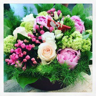 Centrotavola di fiori in scatola con rose, bovardia e peonie