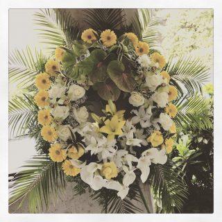 Corona funebre con fiori bianchi e gialli per un funerale nella provincia di Padova