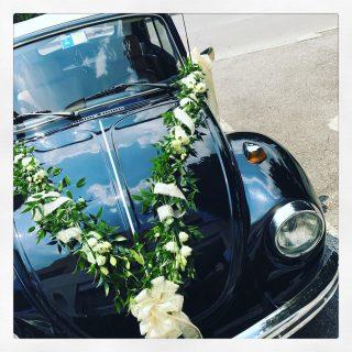 Maggiolone come auto per gli sposi con verde e lisianthus