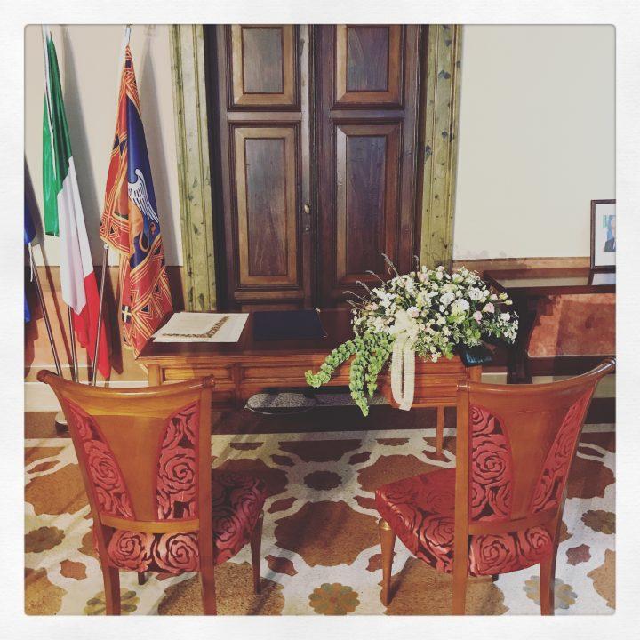 Composizione di fiori per un matrimonio civile. Un particolare di un matrimonio in Villa Giovanelli Venier