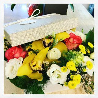 Centrotavola di fiori in scatola