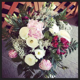 Bouquet per un pranzo, con peonie, lisianthus e calle