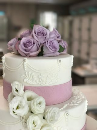 PasticceriaDallaBona ha realizzato questo dolce bianco e lilla per i nostri sposi