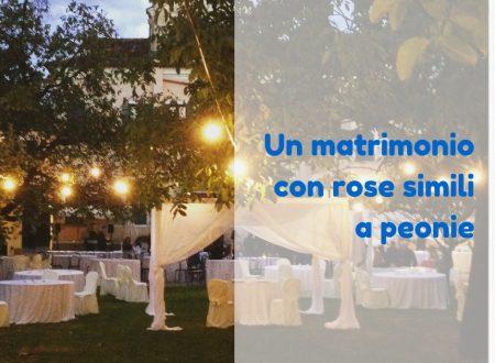 Un matrimonio con rose simili a peonie