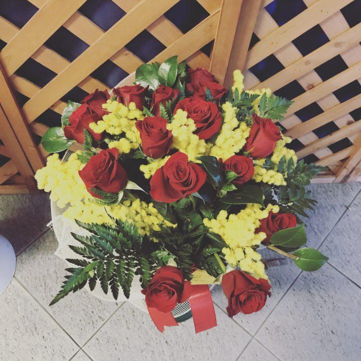 rose rosse e mimosa